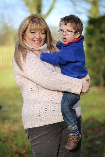 Sarah ha buscado alternativas médicas para ayudar a Joshua con la...