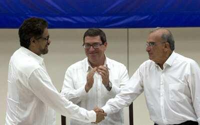 Humberto de La Calle (der.), líder del equipo negociador del Gobi...