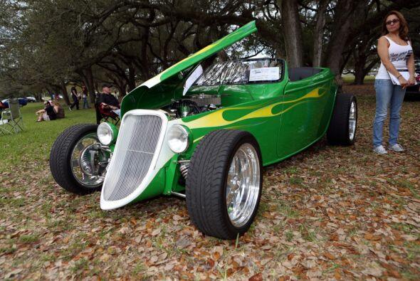 ¿Qué tal este auto verde?  Mira esta gran aventura.