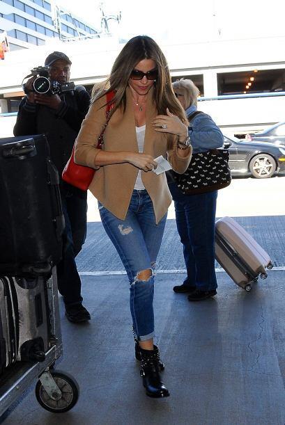 Los paparazzi captaron a Sofía y Joe a punto de tomar un vuelo en el aer...
