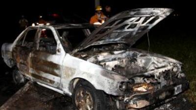 Al menos dos personas murieron en el interior de seis vehículos -entre e...