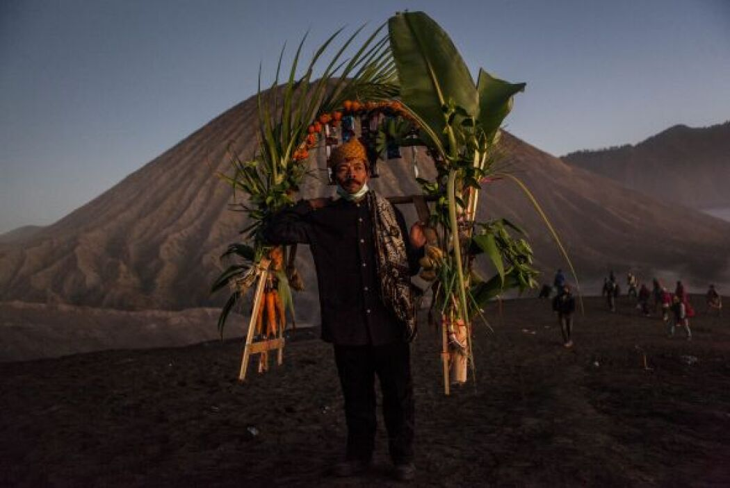 Un adorador lleva verduras como ofrenda durante el Festival Kasada Yadny...