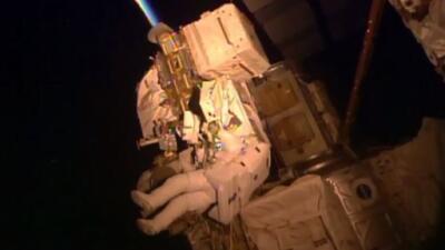 Scott Kelly realiza las tareas previstas durante su caminata espacial.