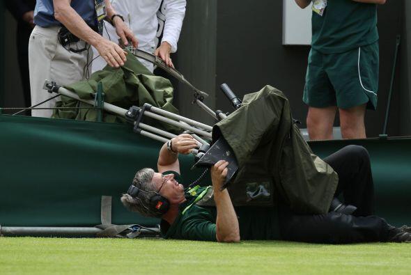 Accidentes en la cancha no sólo de los tenistas, este camarógrafo vaya q...