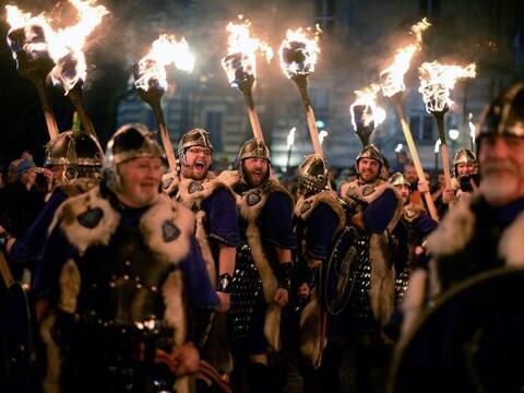 Hombres vestidos como vikingos participan en la procesión de las...