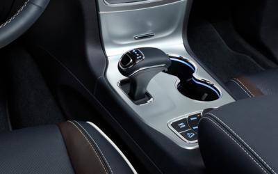 El selector de cambios electrónico en el Dodge Charger de 2012 a 2014, C...