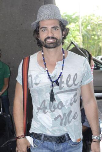 """El guapo actor Ferdinando Valencia llegó con un """"outfit"""" muy adecuado pa..."""