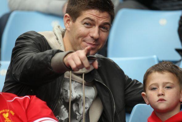 Steven Gerrard no vio acción, pero miró el partido desde l...