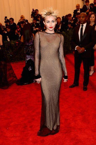 Miley Cyrus se dejó enamorar y llevó la tendencia 'nude dr...