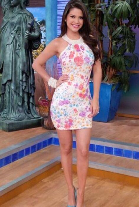 Mayo 5, 2014: Un bello vestido floreado para comenzar la semana.