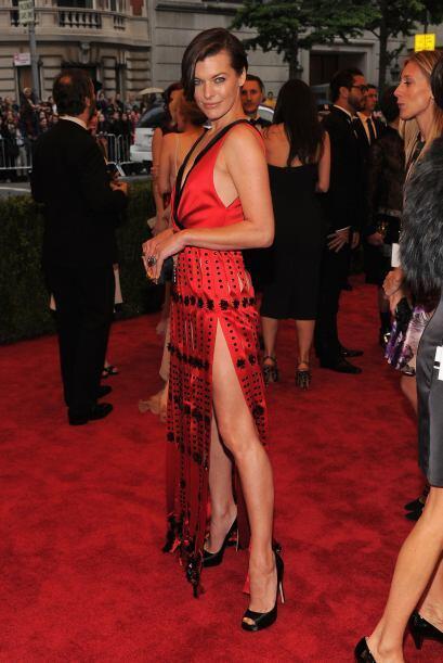 Milla Jovovich también eligió un modelo Prada, aunque no m...