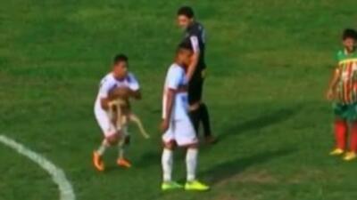 El jugador de Sao Paulo, Dudu, recibió una mordida de un perro y anotó...