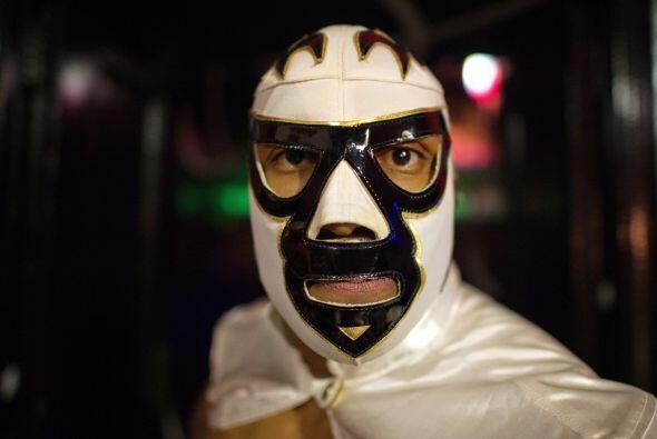 Entre los chicos, la máscara de luchador puede ser lo único que necesiten.