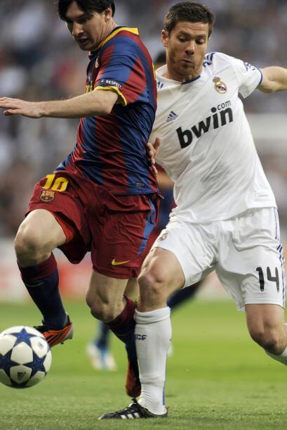 El Barcelona, con Messi retrasado comenzó dominando el juego con su clás...