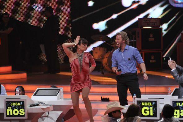 Noel no se resiste a la música y también sube al escenario...