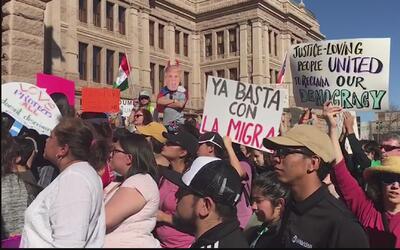 Miles de personas protestaron en el capitolio de Texas contra las medida...