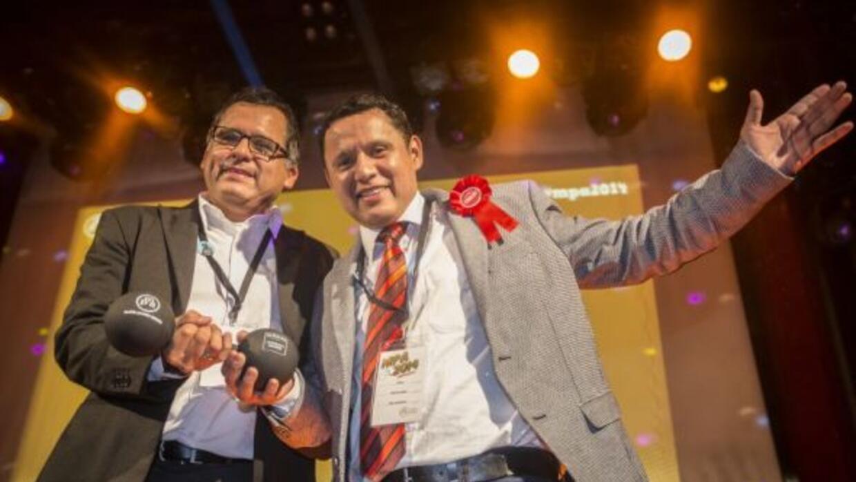 Los mexicanos Aarón y César García López tras recibir su reconocimiento...
