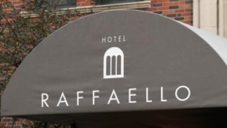 La imagen muestra la fachada del Hotel Raffaello, donde Mikey Welsh, el...