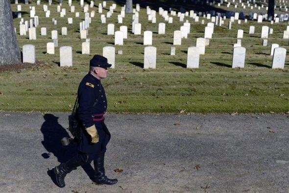 Michael Hitt, veterano de la Segunda Guerra Mundial, recorre el Cementer...