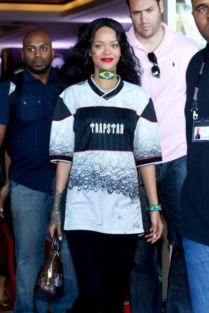 Rihanna muy sonriente a su salida. Mira aquí los videos más chismosos.