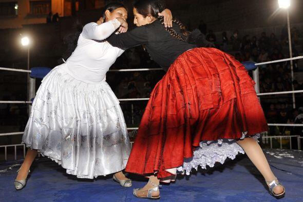 La lucha libre se llena de color y faldas pomposas en los cuadriláteros...