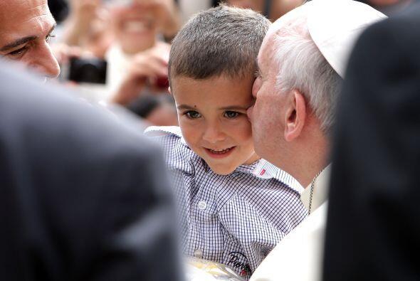En esta foto, el Papa Francisco besa a un niño durante su audienc...