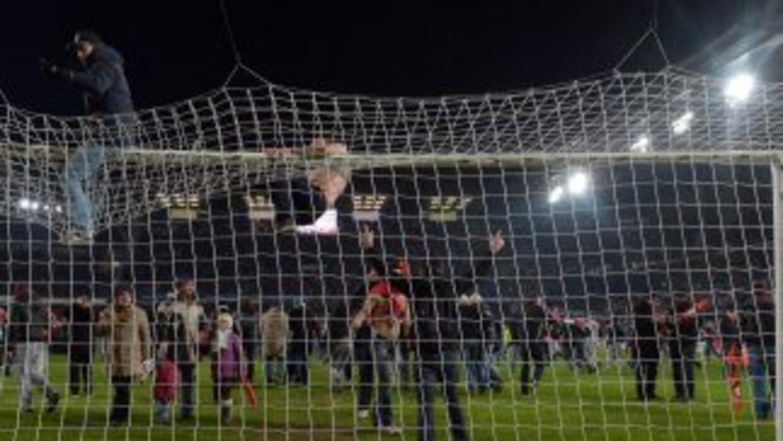Los aficionados del Rennes se lanzaron a la cancha a celebrar el pase a...