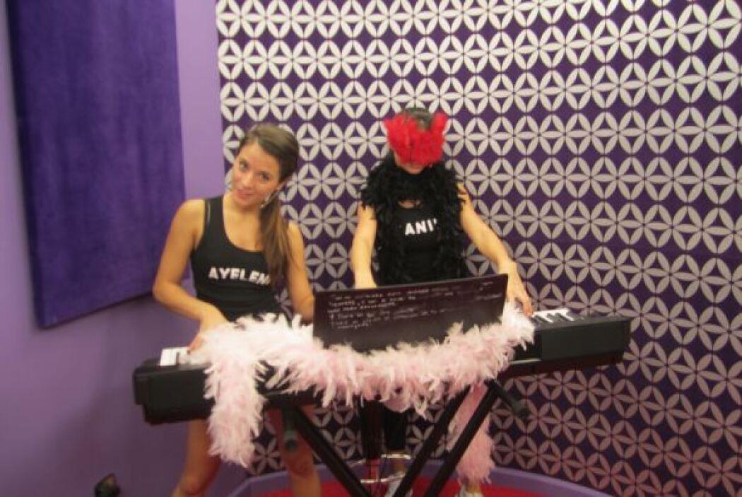 Ayelene y Shakira probaron suerte en el piano.