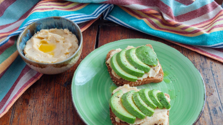 Tostada con aguacate y hummus