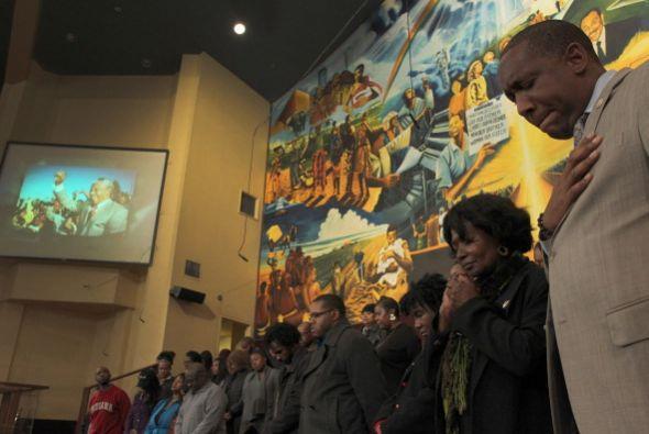 El coro de la congregación ofreció sus servicios y mientras en una panta...