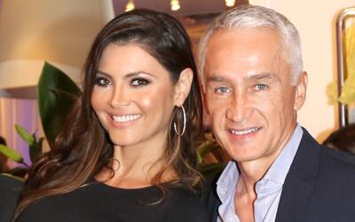 Mira la ternura con la que Jorge Ramos felicita a Chiqui Delgado por su...