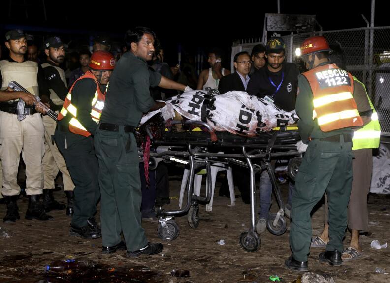Equipos de rescate trasladan un cadáver tras la explosión que mató a dec...
