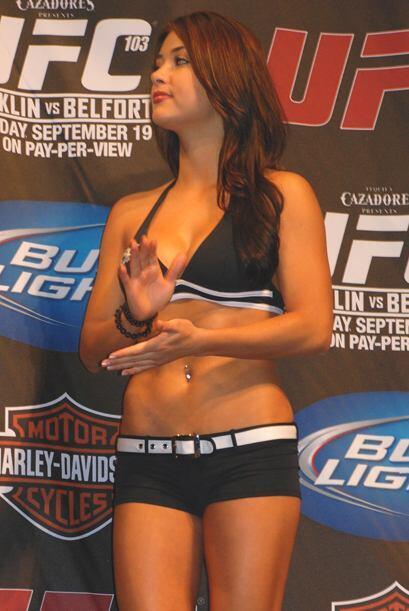 Una de las bellas chicas de la UFC.