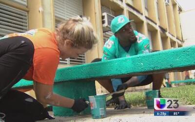 Miami Dolphins embellecen escuela de Hialeah