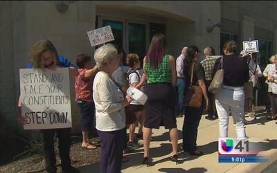 Protestan frente a oficinas de congresista republicano