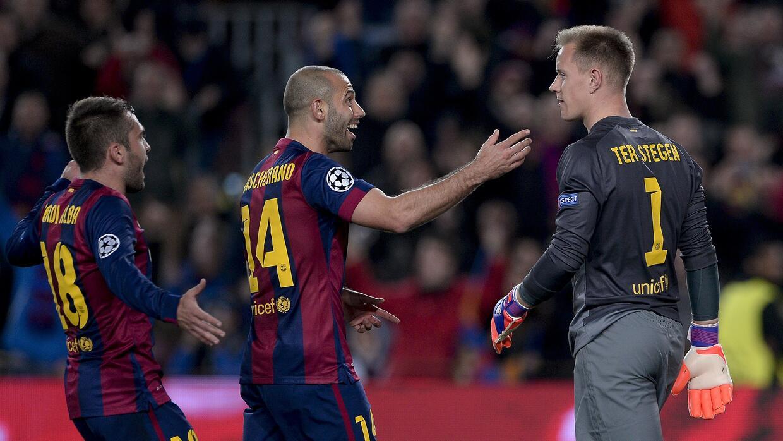 Javier Mascherano felicita a Ter Stegen por una atajada con el Barcelona.