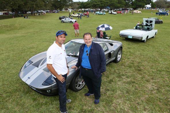 Aquí vemos a Raúl con su Ford GT40.  Mira esta gran aventura.