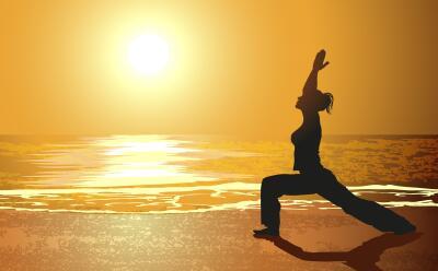 Ilustración Mujer yoga en la playa
