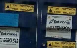 El portón del colegio, con sellos de cierre por parte de las autoridades...