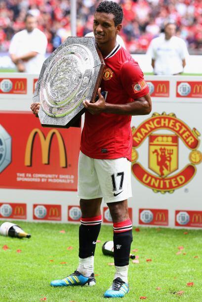 Nani, el héroe del partido con sus dos goles, posando con el trofeo.