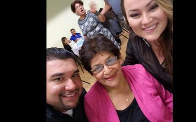 La abuela Zoila Aguilera, de 74 años, con sus nietos.