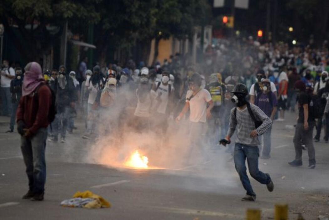 A pocas cuadras del lugar, miles de jóvenes de la oposición, se concentr...