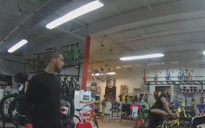 Dos personas son acusadas de robar una valiosa bicicleta de una tienda d...