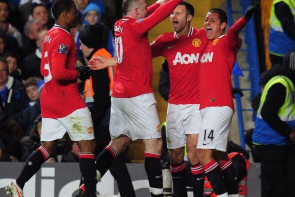 Todo el United corrió a felicitar al mexicano, quien se estaba re...