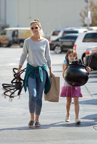 Con un 'look' muy desenfadado madre e hija hicieron compras en la ciudad...