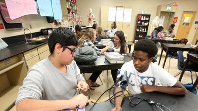 Dos estudiantes aprenden de salud pública en la Escuela Secundari...