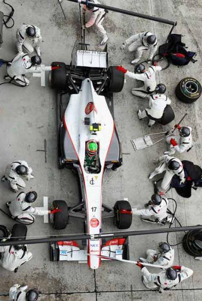 El equipo de mecánicos de la Sauber preparó el auto, toman...