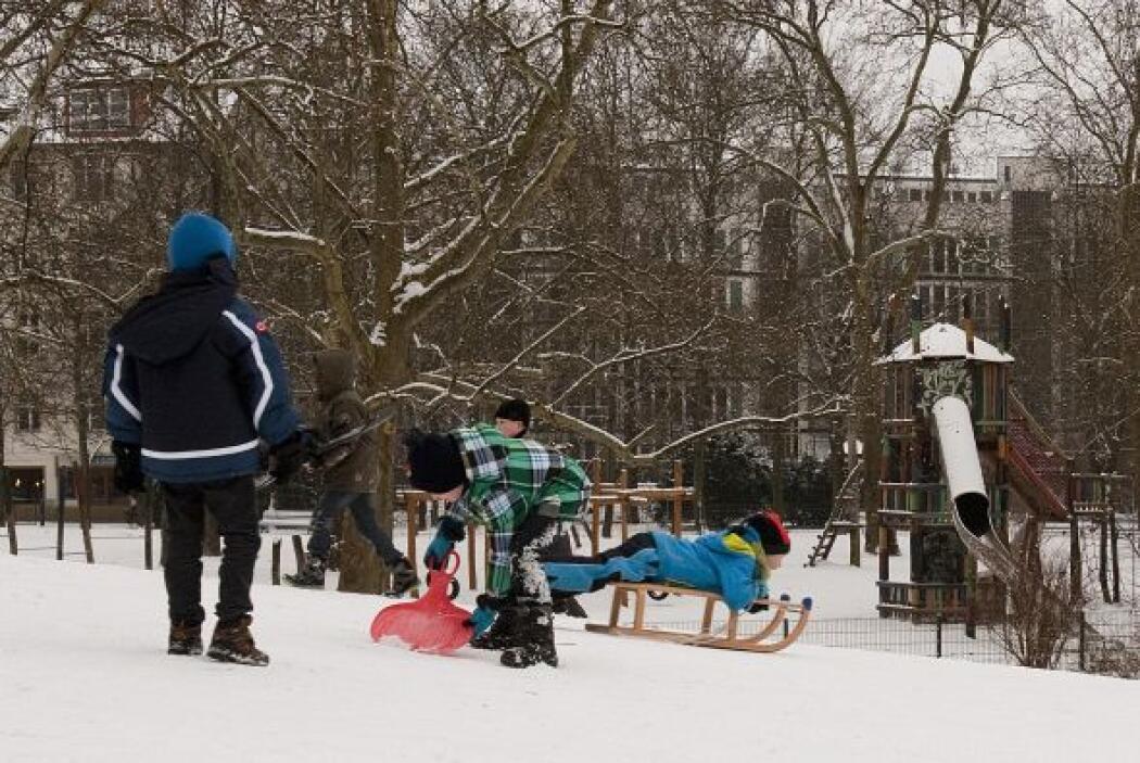 Tras las nevadas los niños se divierten con trineos y otros utensilios e...