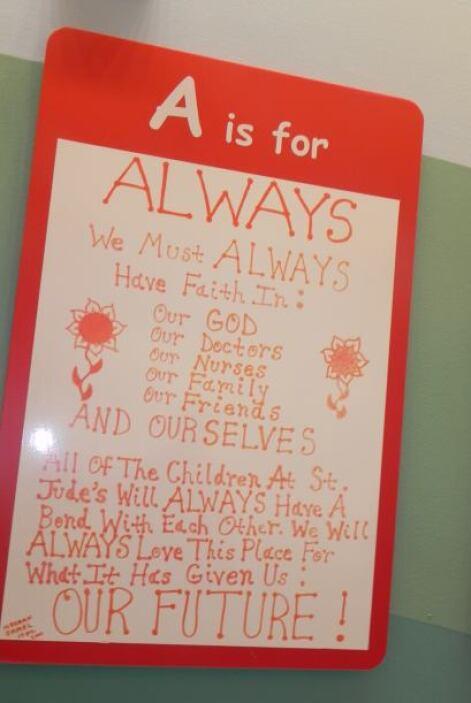 El hospital está cubierto de arte creado por los niños.  Una de las pare...