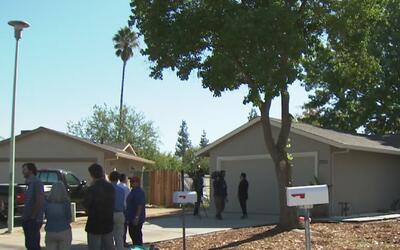 Se entregaron las dos primeras casas en Sacramento para familias de bajo...